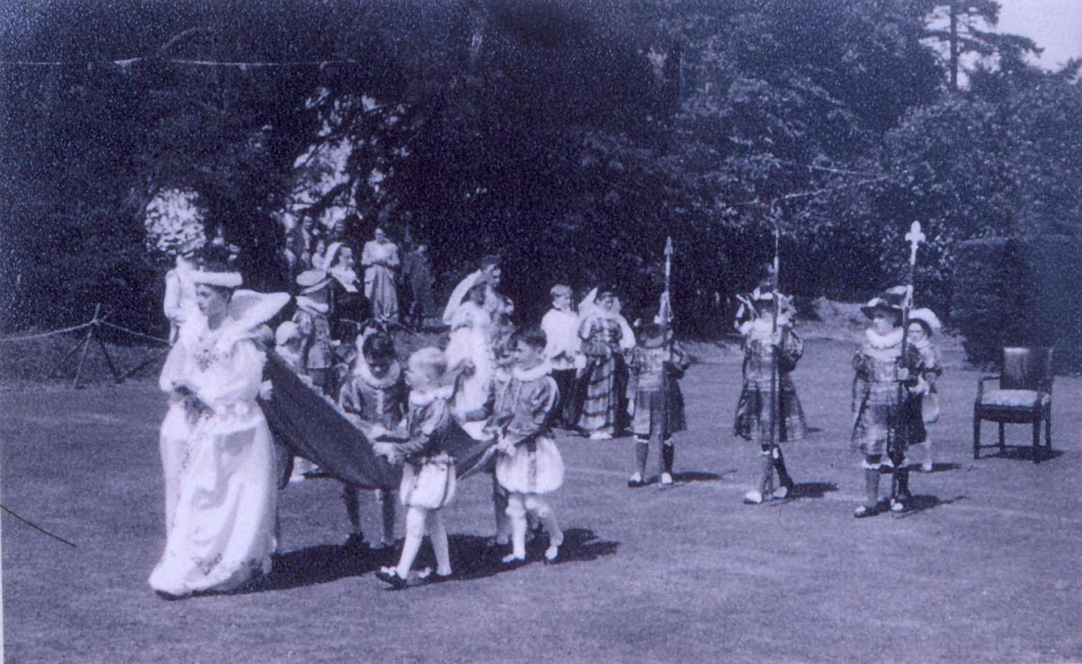 pretend Queen with entourage